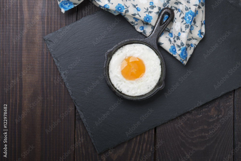 Fototapeta fried egg on a small cocotte